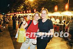 北京 王府井/两位外国游客夜晚在北京王府井小吃一条街品尝了美味的小吃后,...
