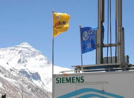 搜狐登山队队旗与中移动旗帜在5200米处飘扬(图)