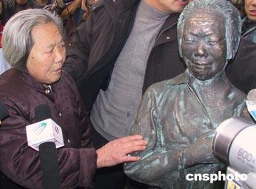 倪翠萍的雕像