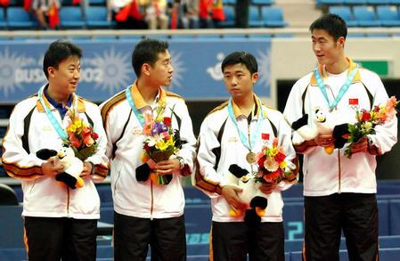 中国乒乓球获男双铜牌 中国四选手上台领奖(图文)图片