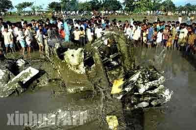 印度一小型飞机坠毁 飞行员当场丧生(组图)