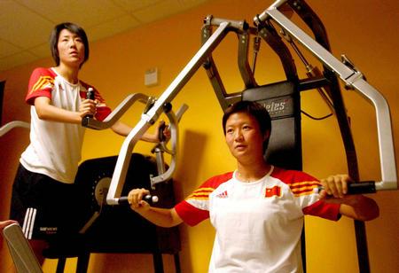 中国女足进行力量练习 浦玮刘亚莉造型很酷