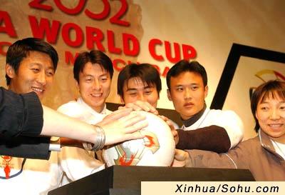 世界杯比赛用球在京亮相 孙雯张恩华率先体验