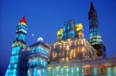 我国最高的冰雕建筑落户哈尔滨市松花江畔(图)
