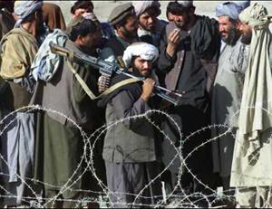 塔利班士兵胆大妄为 竟在巴基斯坦边境漫步(图)