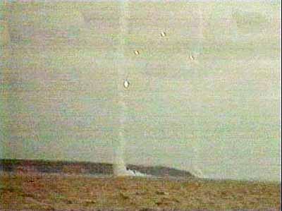 图文:火箭爆炸后现场升起烟雾的电视画面