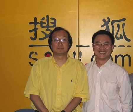 冯仑与嘉宾主持姜汝祥在活动后合影