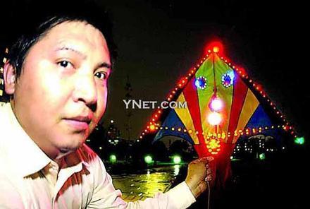 新闻频道 国内    旧光盘做成彩灯升空高达四百米   本报记者邓兴军图片