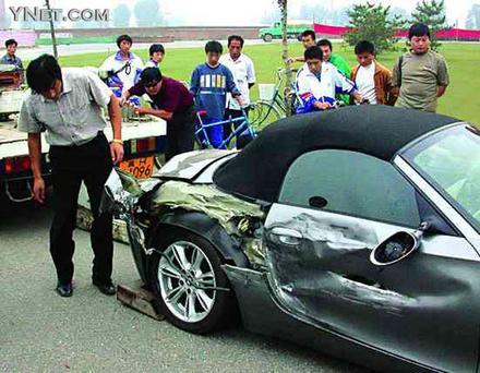那辆宝马车的驾驶员是演员陆毅.所幸双方均无人员伤亡.