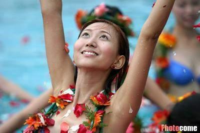 图文:cctv模特大赛 泳装美女畅游花海(3)