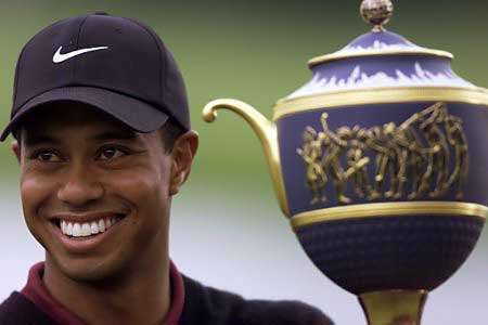 伍兹笑捧2002美国运通高尔夫球锦标赛桂冠(图文)