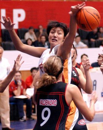 中国女篮72 91不敌西班牙 张晓妮在场上拼抢