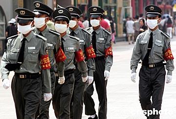 图文:北京保安人员烈日下戴口罩