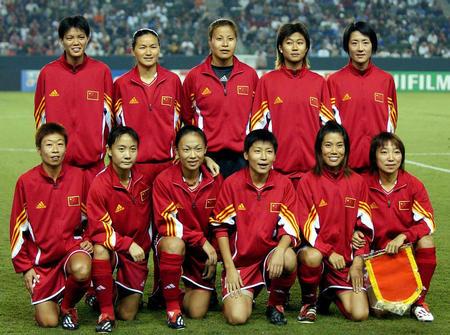 [体育专线]中国女足旗开得胜(13)  9月21日,中国队首发阵容球员在