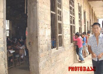 邵阳一中学6间危房挤进500名学生图片
