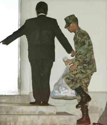 强奸日本少女_强奸日本冲绳少女的美士兵被判入狱三年半(图)