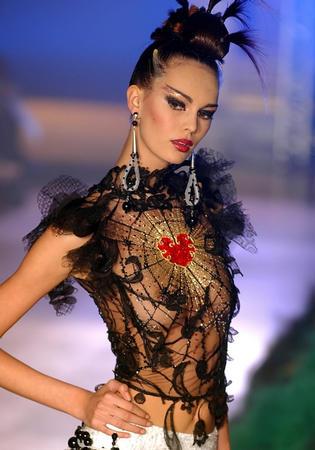 组图:2003法国秋冬时装展 模特展示妖艳蛛网装