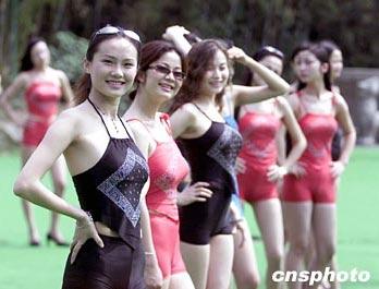 赛参赛女选手穿肚兜拍摄