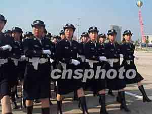备.图为汕头的女警方队接受市民的检阅.作者:李怡青-汕头警方举