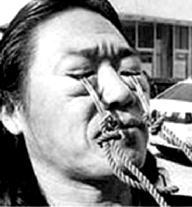 骚逼水水_东北奇人王春太南京展绝技 运气功眼皮拉车七八米