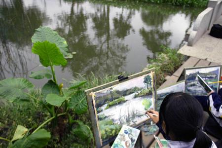 图:盛世新景新西湖--美术学生桥边写生