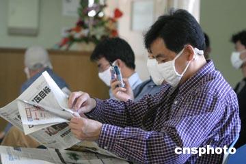 图为六月十日,很多人不得不在医院大厅里排队等候就诊.中新社记