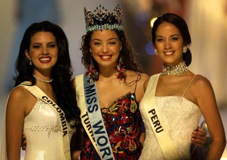 (左:亚军哥伦比亚小姐;中:冠军土耳其小姐,右:季军秘鲁小姐)