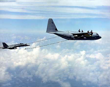 图为KC-130加油机在进行空中加油(航空知识图)-美军一架KC 130加