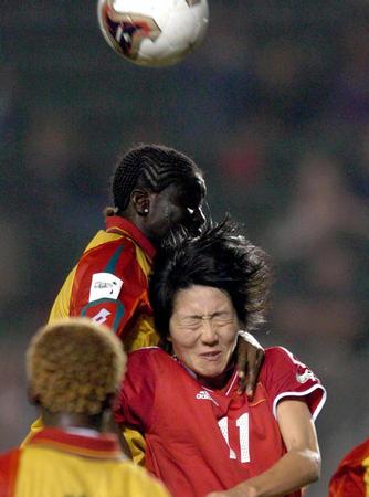 中国女足1 0加纳 浦玮与加纳队队员争顶
