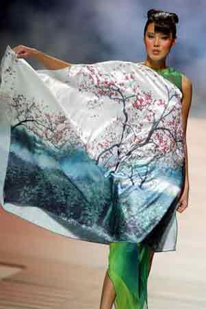 组图:2003新丝路模特大赛名模展示杭州丝绸时装
