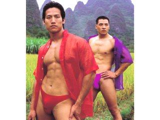 深入中国山水如画境的景区拍摄全裸写真