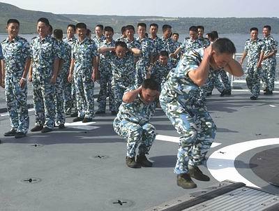 青島艦官兵正在飛行甲板進行蛙跳鍛煉 張全躍攝圖片