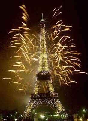 埃菲尔铁塔放烟花欢庆