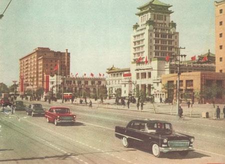 Sohu汽车频道 -1958年9月28日,第一辆红旗检阅车装配完毕,当夜高清图片