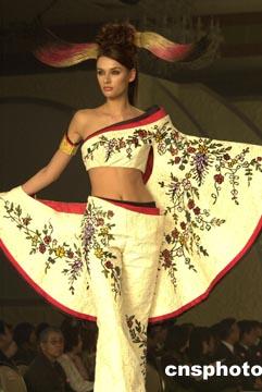 日本著名时装设计师桂由美(yumi katsura)结合日本传统和服的美感