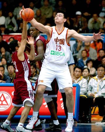 9月30日,中国队队员姚明在比赛中盖帽.图片