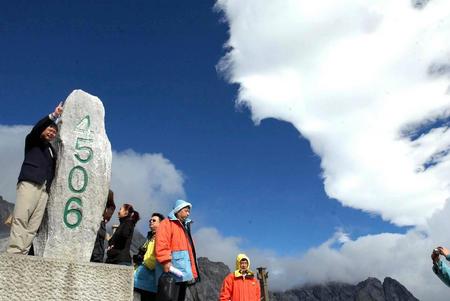玉龙雪山冰川公园吸引游人