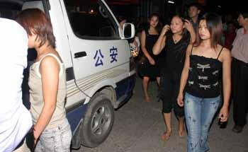 中国美女的黑逼_骗逼少女跳脱衣舞 脱衣舞团有多黑?(组图)