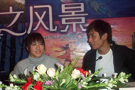 搜狐娱乐讯:由关锦鹏监制,刘烨、郑伊健、林嘉欣主演的电影《恋之风景》10月16日在北京举行了首映前的记者见面会。除了郑伊健因为身体原因未能到场外,其他主创都一一出席。   《恋之风景》是一部有些许忧伤的浪漫爱情片,没有轰轰烈烈惊心动魄的情节,用导演黎妙雪的话来说,这是一部描写了生命中最纯净时刻的电影,需要用心去感受和品味。监制关锦鹏谈到这部影片时也说,故事非常温馨,有很多细节的东西。看过后大家或许能感悟到,逝去的爱情无论多么美丽,它也只是生命旅途中掠过的一道风景而已。   林嘉欣在《恋之风景》中