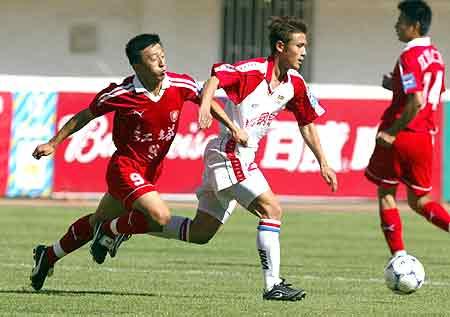 在青岛举行的全国足球甲a联赛第八轮比赛中,主场作战的青岛颐中海牛队