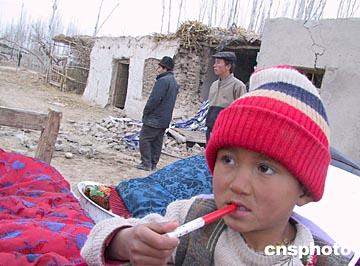 图文:新疆巴楚—伽师地震中失去亲人的孩子