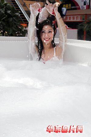 美女模特当街沐浴组图