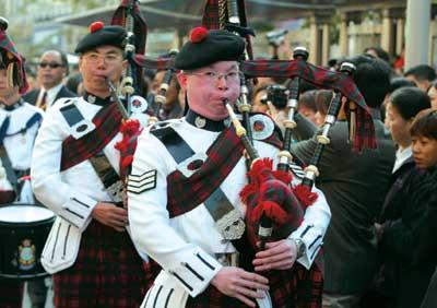 中国苏格兰风笛乐队_身着传统苏格兰式制服的风笛乐队第一次走在王府井金街上香港警察