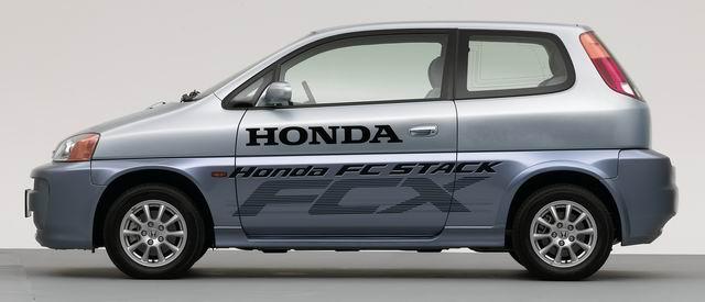 融汇Honda尖端技术的燃料电池轿车FCX   广州本田汽车有限公司和本田技研工业株式会社(以下简称:Honda)于2003年11月24日在广州联合举办了融汇Honda尖端技术的燃料电池轿车FCX的试乘试驾活动。   随着地球环境问题的日益严重,Honda把环保作为轿车的主要课题,从保护地球环境和节约能源的角度出发,开始了非汽油轿车的研发。FCX正是Honda在这一领域的成功技术的结晶。   从上世纪80年代起,Honda就开始了燃料电池轿车的核心动力部分燃料电池的研发。在轿车领域,Honda自19